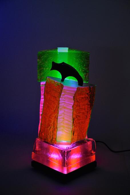 Le chien noir, sculpture de verre fluorescent - Yves Braun